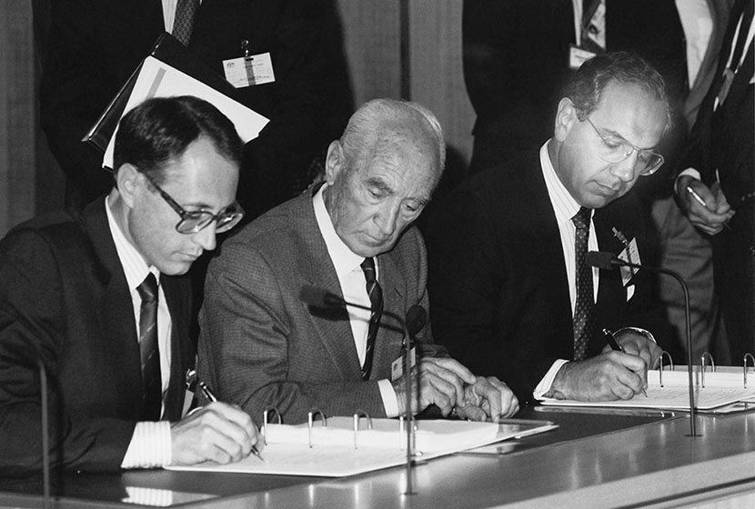 1989. The signing of the ANZAC Frigates contract, under the watchful eye of Transfield's founder.