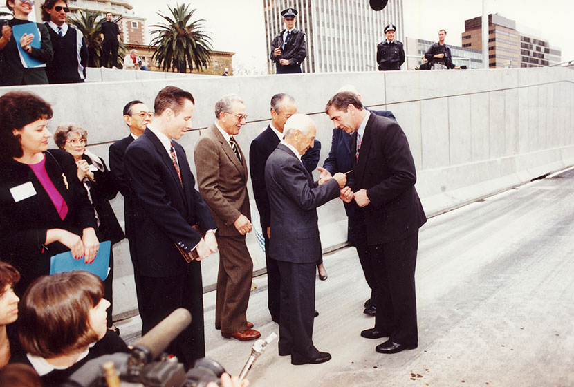 1992. Opening of the SHT. Franco presents Premier John Fahey with a commemorative medal.
